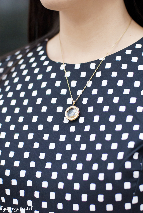Chic Peek Round Necklace